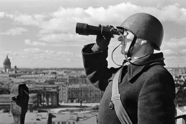 761 01.09.1942 Боец противовоздушной обороны наблюдает за ленинградским небом в дни блокады. Чертов/РИА Новости